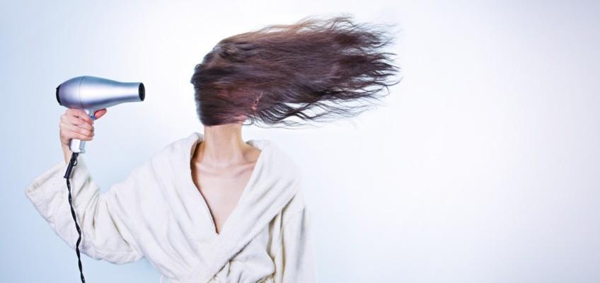 Nejčastější chyby při fénování. Kadeřnice radí, jak vlasy zachovat zdravé a lesklé
