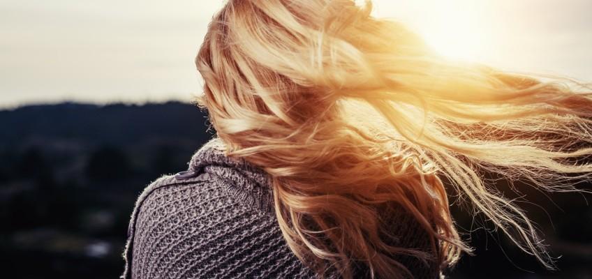 Vypadávání vlasů: Nejčastější příčiny a jak jim předcházet