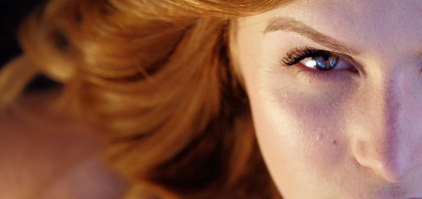 Barvené vlasy přes léto vyžadují speciální péči. Jak je chránit?