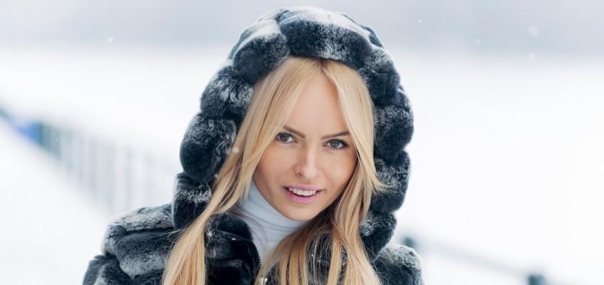 Zimní nadílka ve vlasech. Minimalizujte škody a vraťte kštici vitalitu
