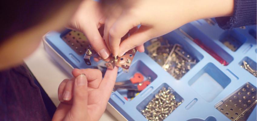 Tradiční kovové stavebnice jsou perfektním dárkem pro kreativní děti