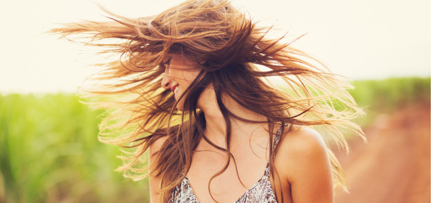 Slunce nabývá na síle. Chraňte své vlasy před škodlivými paprsky