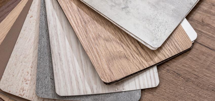 Vinylová podlaha láká pro svůj elegantní design a odolnost. Jaké jsou její další přednosti?