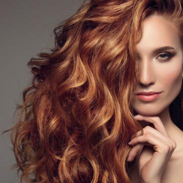 Sytá a zářivá barva vlasů i v létě. Jak o ně v horkých měsících pečovat?