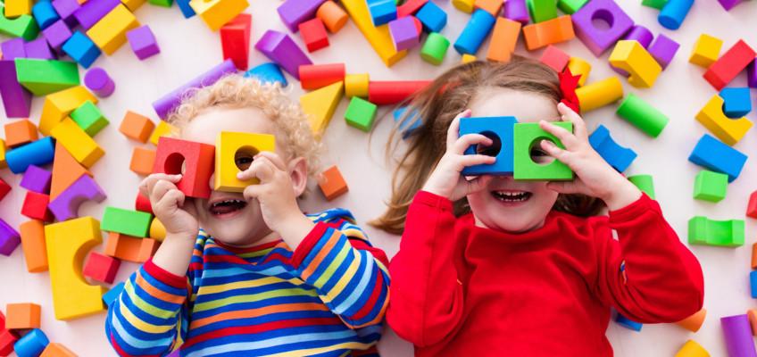 Jak dětem vybírat hračky, které jen tak neomrzí?