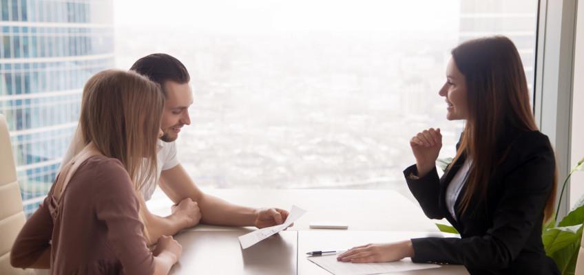 Prodej nemovitosti přes realitní kancelář: V čem vám makléři mohou pomoci?