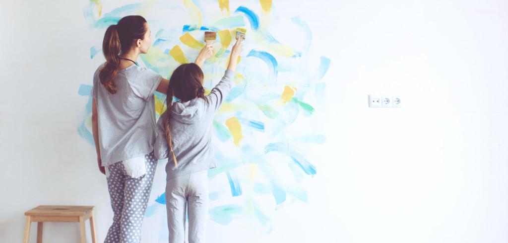 Společná tvůrčí činnost dětí a rodičů je zdrojem vzájemného obohacení Creative Commons (shutterstock.com)