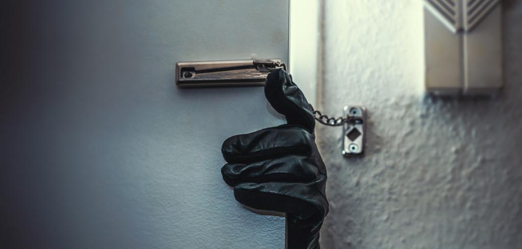 Chraňte svůj domov před nezvanými návštěvníky. Bezpečí začíná u kvalitních dveří Creative Commons (shutterstock.com)