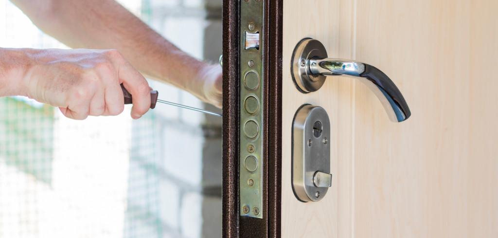 Šmejdi mají novou taktiku, jak zneužít důvěru seniorů. Přibývá stížností na falešné zámečníky Creative Commons (shutterstock.com)